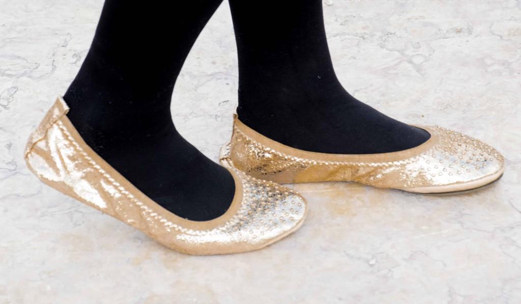 love-playing-dressup-neha-gandhi-lisbon-fitinclouds-OOTD-petiteblogger-lisbonguide-goldenskirt-fauxfurmittens-christmasinportugal5